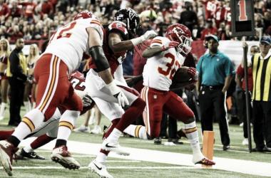 Chiefs bate Falcons em partida equilibrada e mantém chance de playoffs