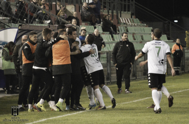 La plantilla romana celebra el gol de Javi Chino ante el CD Azuaga. | Foto: Mérida AD