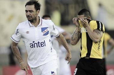 Recoba festeja ante la impotencia de Peñarol (Foto: Tenfield).