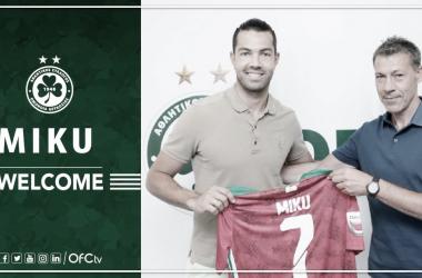 Miku posa con la camiseta de su nuevo equipo. / Fotografía: Twitter Omonoia FC.