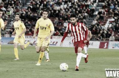 Chuli conduce el balón en el último choque entre Almería y Girona (Foto: Diego Carmona - VAVEL).