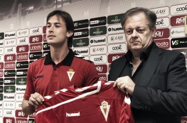 La nueva incorporación Rafa Chumbi, posa en rueda de prensa junto al presidente Víctor Gálvez. Foto: Real Murcia