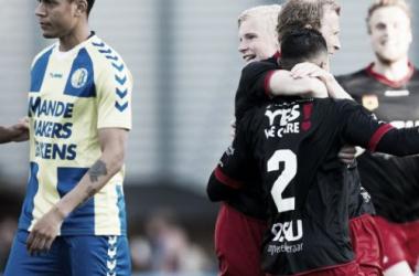 Jogadores comemoram o gol de Lars Veldwijk, que fechou o placar (Foto: VI.nl)