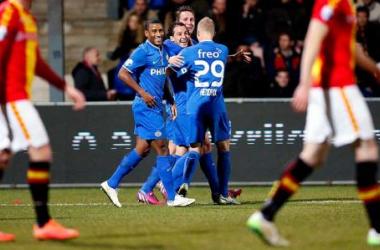 Los jugadores del PSV celebran el tanto de Guardado. (Foto: PSV   www.psv.nl).