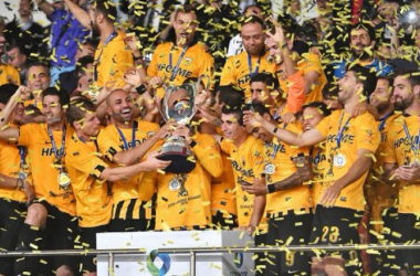 Los jugadores del AEK celebrando el título de Copa. (Foto: AEK)