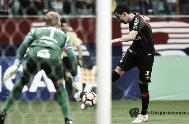 Quase sem ângulo, Pablo chuta forte para marcar o gol do jogo (Miguel Locatelli / Atlético-PR)