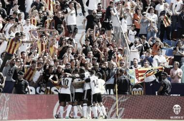 Los jugadores valencianistas celebran el gol de Rodrigo junto a su afición en el partido de la primer vuelta. Fuente: Valencia CF.