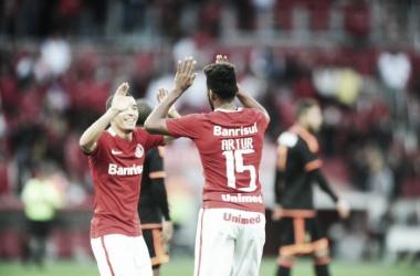Wilian e Artur comemoram gol da vitória colorada (Foto: Divulgação/Internacional)