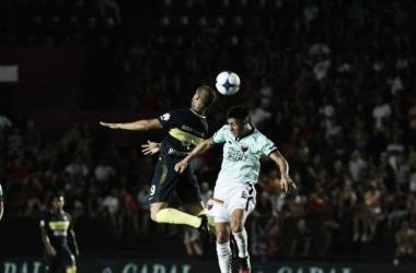 Benedetto y Olivera disputando la pelota - Clarín