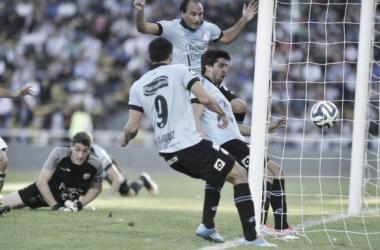 Velázquez empuja la pelota y marca el segundo gol; Costa lo sufre detrás. El último clásico se mudó para Alberdi. (Fuente: Mundo D)
