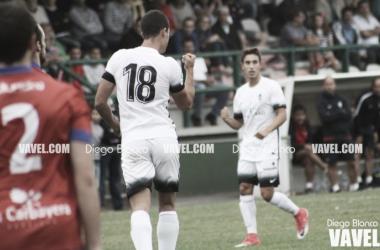 Claudio celebra el gol que le da los tres puntos al Sporting B en La Cruz | Foto: Diego Blanco - VAVEL