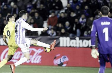 Foto: La Liga<div>Un jugador del Villarreal y otro del Valladolid disputan un balón ante la mirada de Masip</div>