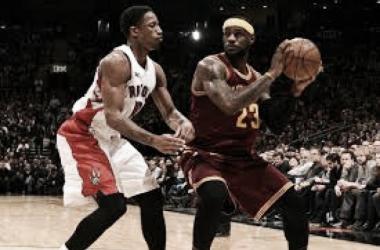LeBron James fue demasiado para la defensa de los Raptors y condujo a su equipo a la victoria. Foto: Bleacher Reporter