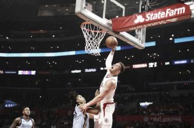 Blake Griffin elevándose para volcarla y sumar dos puntos más a su equipo. Foto: Jacob González