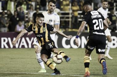 """Gil remata al arco en el encuentro entre Central y Gremio. El """"Colo"""" fue una de las figuras del conjunto canalla en el empate entre su equipo y Gremio de Porto Alegre."""