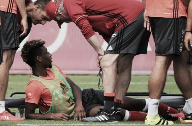 Kingsley Coman liegt verletzt am Boden. | Quelle: FC Bayern München