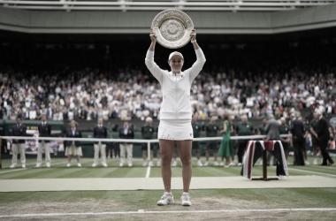 "<p style=""margin-bottom: 0cm; color: rgb(0, 0, 0); font-size: medium; font-style: normal; text-align: start;""><font size=""4""><i><b>Ashleigh Barty Foto Wimbledon</b></i></font></p>"