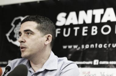 Tininho abriu os trabalhos no Santa expondo as metas para 2016 (Foto: Antônio Melcop/Santa Cruz)