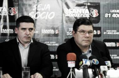 Presidente Alírio Moraes esteve ao lado do vice Constantino Júnior para explicar situação do caso envolvendo o meia-atacante Raniel (Foto: Divulgação/Santa Cruz)