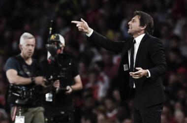 """Antonio Conte reclama da defesa do Chelsea após derrota para o Arsenal: """"Todo jogo estamos admitindo gols"""""""