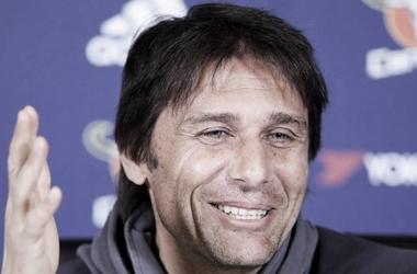 Antonio Conte se sonríe recordando sus epocas de jugador. Foto: Chelsea.