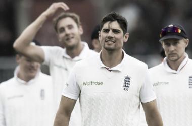 Alastair Cook leads off his triumphant England side (image source: AFP via Cricinfo)