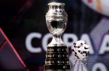 El trofeo de la Copa América y la pelota Cachaña (Foto: @LaRoja)