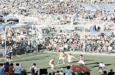 Villa La Ñata y Mar del Plata inauguraron la cancha en Playa Varese (Foto: A Dos Toques Futsal)