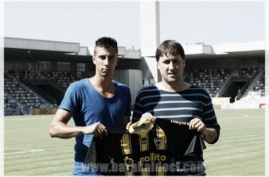 Coque ya posa con la camiseta de su nuevo equipo. | Foto (sin edición): Barakaldo CF.