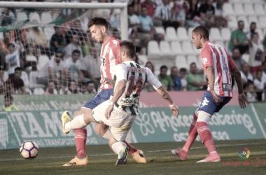 Alcalá y Piovaccari pugnan por un balón en el Córdoba-Girona (Foto: LaLiga123)