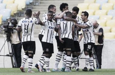 Corinthians aproveita erros do Flamengo e vence com tranquilidade no Maracanã