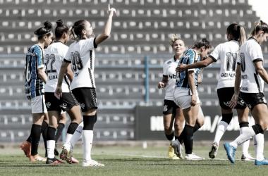 Corinthians sofre com calor, mas vence Grêmio no Brasileirão Feminino