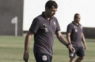 Técnico comanda atividades no treino (Foto: Agência Corinthians)
