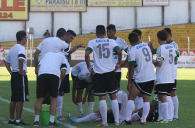Coritiba sofre gol no final, desperdiça pênalti nos acréscimos e perde para o Villa Nova-MG