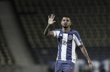 Alex Telles é expulso, mas Porto vence Marítimo e é líder do Português