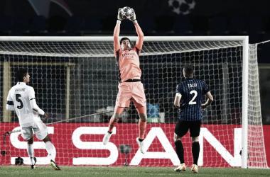 Courtois atajando el balón por arriba | Fuente: Twitter Real Madrid.