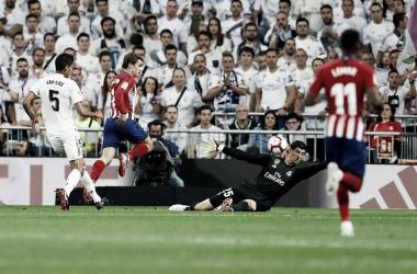 Courtois despeja con la cabeza el disparo de Griezmann I Foto: Real Madrid
