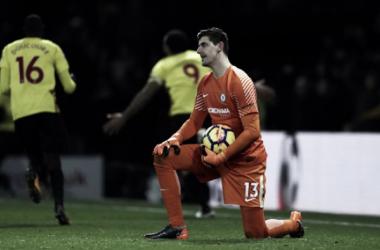 El portero del Chelsea se lamenta tras un gol del Watford   FOTO: Chelsea