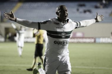 Rodrigão comemorando o primeiro gol da partida. Foto: Divulgação/Coritiba
