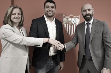 Toro firma el contrato ante Monchi y Amparo. Foto: Sevilla FC