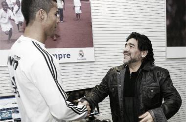 Cristiano Ronaldo y Maradona, saludándose (Foto   Real Madrid).