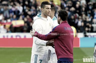 Cristiano Ronaldo y Messi se saludan antes del clásico | Foto: Daniel Nieto (VAVEL)