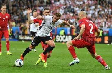 Gotze punta Pazdan in una foto di questo match. | Twitter, Nazionale Tedesca.