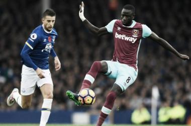 Mirallas insegue Kouyaté in uno scatto dal match d'andata fra Everton e West Ham (2-0). | 365dm.com
