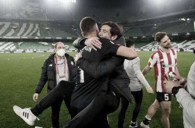 Marcelino celebra el pase a las semifinales con Unai Simón | Foto: Athletic Club