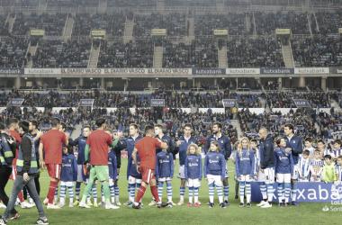 Los titulares de ambos equipos se saludan instantes antes del inicio del encuentro. | Foto: LaLiga