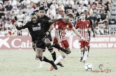 Mandi pelea por un balón con Akapo durante el Almería - Huesca. (FOTO: La Liga)