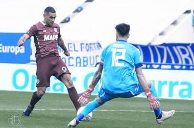 Jose Sand, goleador del Granate, definiendo ante la salida de Hoyos, arquero del Fortin.