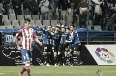 Los jugadores del Oviedo celebran el gol de Toché con Pere Pons en un primer plano con cara de desolación Foto: La Liga 1|2|3