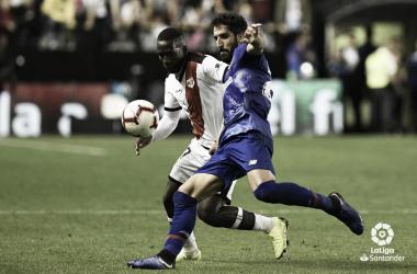 Raúl García pelea con Imbula. | Foto: LFP.